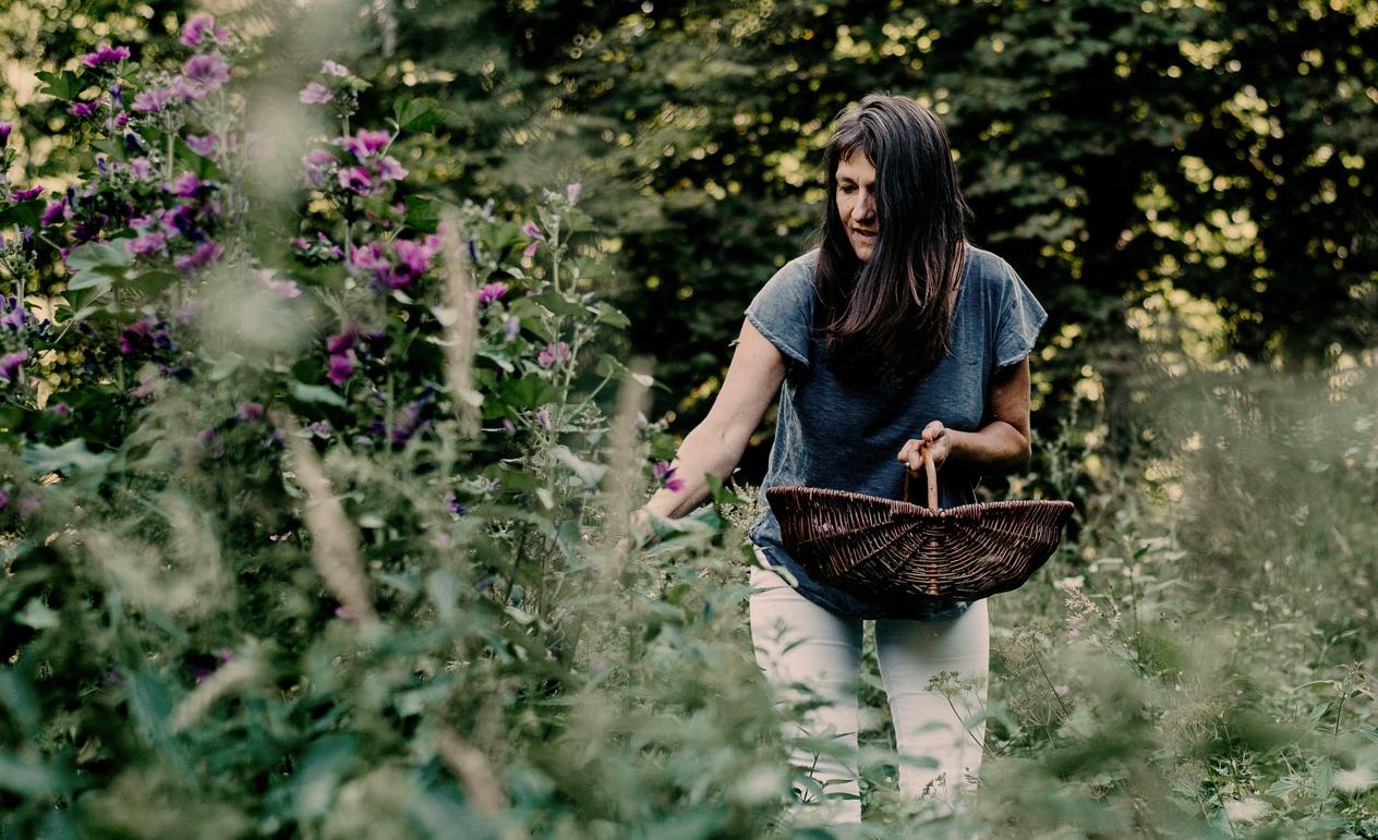 Christine im Kräutergarten im Himmelhof
